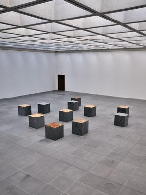 """Ulrich Rückriem: """"Granit Bleu de Vire, zugeschnitten 2000, Version 3"""" im Neuen Museum, Nürnberg, Foto © Friedhelm Denkeler 2010"""