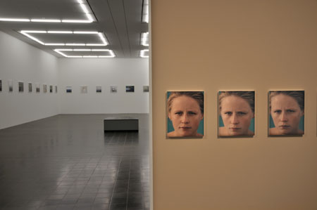 """Blick in die Ausstellung mit Roni Horns 'You Are The Weather', 1994-1996"", Foto © Friedhelm Denkeler 2011"