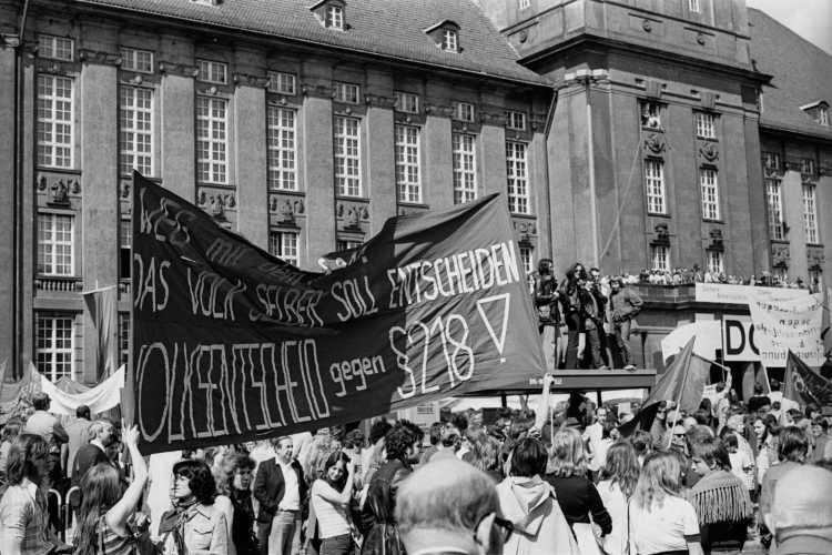 """1. Mai-Kundgebung 1975 am Rathaus Schöneberg"", Foto © Friedhelm Denkeler 1975"