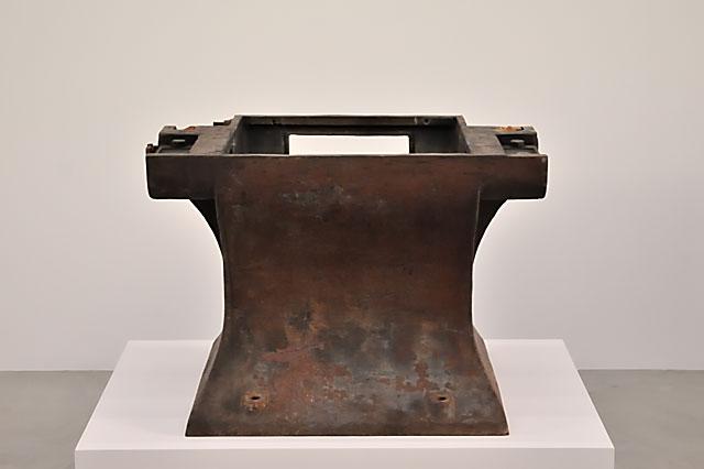 """""""Documenta 13: Lara Favaretto: Ein Metallobjekt, das während des Abladens des Metallschrotthaufens ausgewählt wurde"""", Foto © Friedhelm Denkeler 2012"""