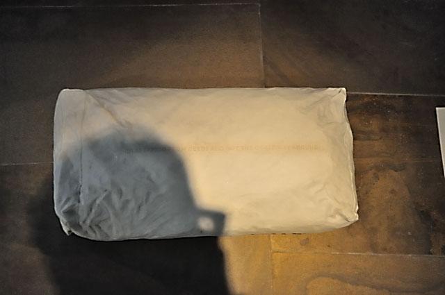 """""""Documenta 13: Selbst mit Sack aus Carrara-Mamor (von Sam Durant)"""", Foto © Friedhelm Denkeler 2012"""