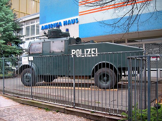 """""""Vom Demonstrationsziel 1968 zum Standort für Fotografie 2013 – Das Amerika-Haus"""", Foto © Friedhelm Denkeler 2008"""