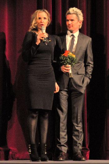 """""""Julie Delpy  und Ethan Hawke auf der Festival-Bühne"""",  Foto © Friedhelm Denkeler  2013"""