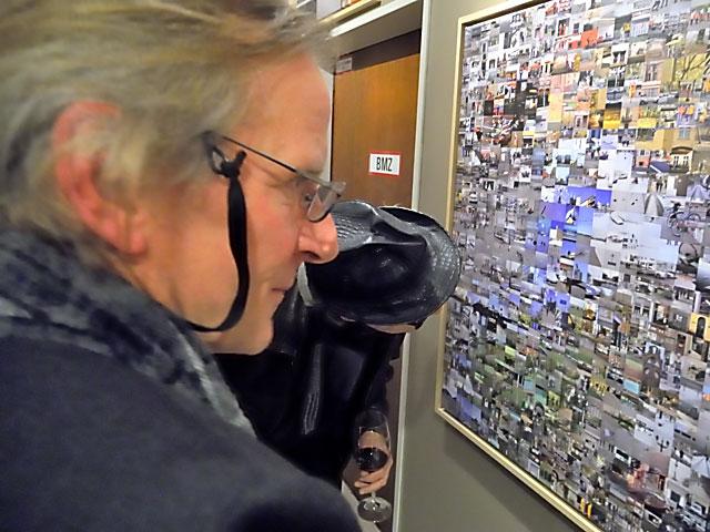 """Horst Hinder vor seiner Arbeit """"Yak und Yeti I"""" in der Wandelgalerie, Foto © Friedhelm Denkeler 2013"""