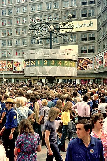 """""""Munteres Treiben unter der Weltzeituhr auf dem Alexanderplatz"""", Foto © Friedhelm Denkeler 1973"""