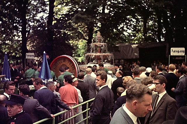 """""""Der Bierbrunnen am Marktplatz in Lübbecke"""", Foto © Friedhelm Denkeler 1963"""