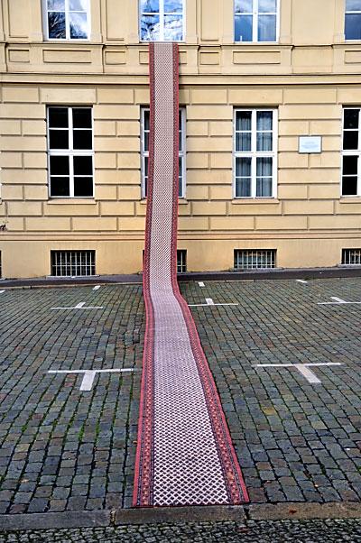 """""""Der Teppich ist ausgerollt …"""" (""""Läufer"""" von Nevin Aladag, Palais am Festungsgraben), Foto © Friedhelm Denkeler 2013"""