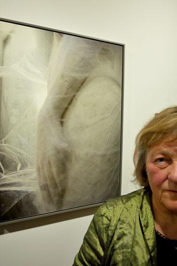 """""""Sibylle Hoffmann vor ihr Serie 'Spuren von Mythos'"""" in der Galerie """"world in a room"""", Foto © Friedhelm Denkeler 2014"""