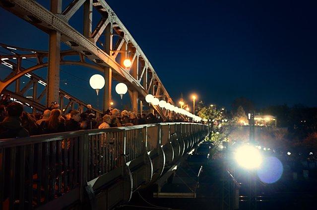 """""""Die Lichtgrenze"""" (Bösebrücke am S-Bhf. Bornholmer Straße), Foto © Friedhelm Denkeler 2014"""