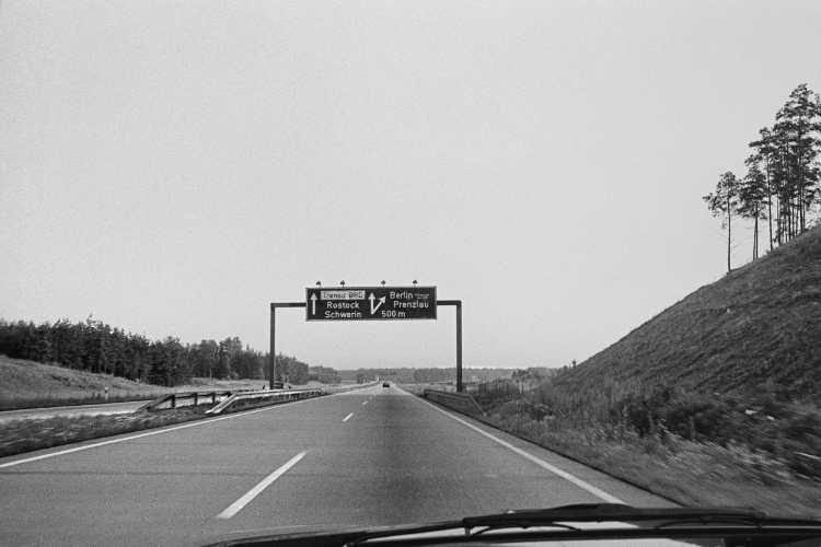 """""""Fahr'n, Fahr'n auf der Autobahn …"""" (aus: On The Road: Berlin – Hamburg: Der Berliner Ring kurz vor dem Abzweig Rostock), Foto © Friedhelm Denkeler 1984"""