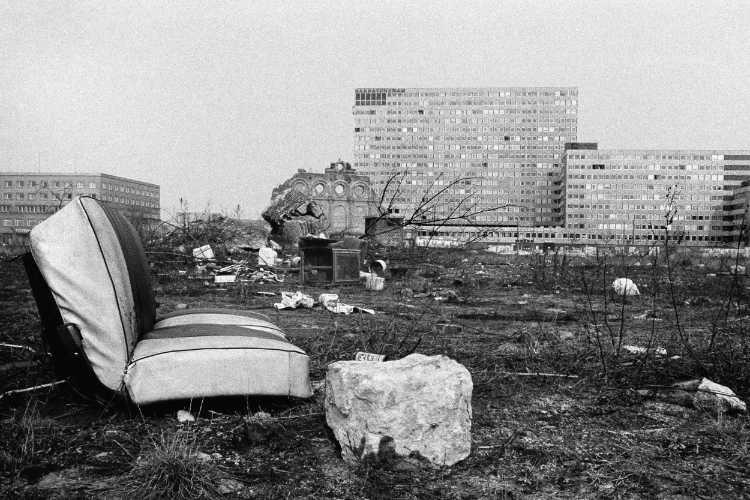 """""""Müll am Anhalter-Bahnhof"""" (mit Saskatchewan-Hochhaus), Foto © Friedhelm Denkeler 1976"""