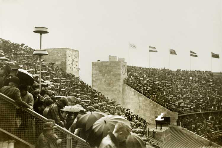 """""""Handballspiel im Regen"""", Berliner Olympia-Stadion, Olympiade 1936, Archiv © Friedhelm Denkeler, 1936"""