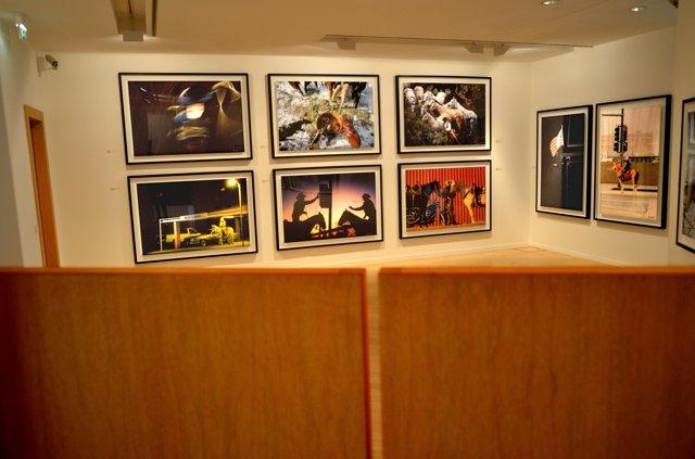 """""""Westernsaloon Schwingtür mit Arbeiten von Dieter Blum"""", (Ausstellung """"Dieter Blum – Cowboys. The First Shooting 1992), Daimler Kunst Sammlung, Potsdamer Platz Berlin, Foto © Friedhelm Denkeler"""