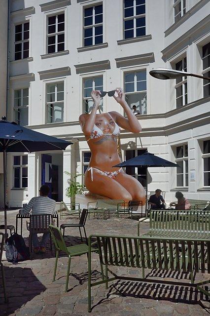"""Ewaipanoma (Rihanna)"", Juan Sebastián Peláez, Hof der Kunstwerke (KW), Berlin, Ausgustsraße, Foto © Friedhelm Denkeler"