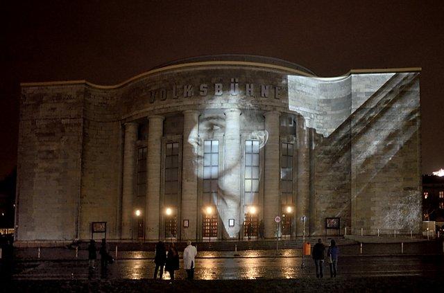 """""""Waffenruhe an der Freien Volksbühne"""" (Michael Schmidt: """"Waffenruhe"""", 1987, Projektion auf der Fassade der Freien Volksbühne), Foto © Friedhelm Denkeler 2018"""