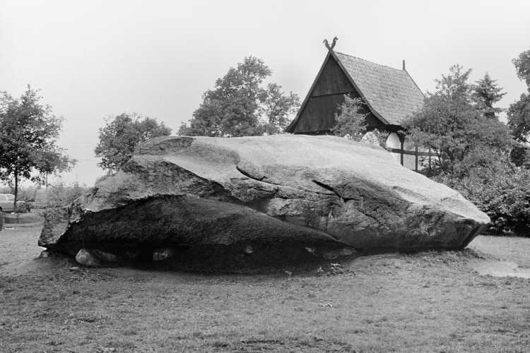 »Der große Stein von Tonnenheide«, Foto © Friedhelm Denkeler 1985