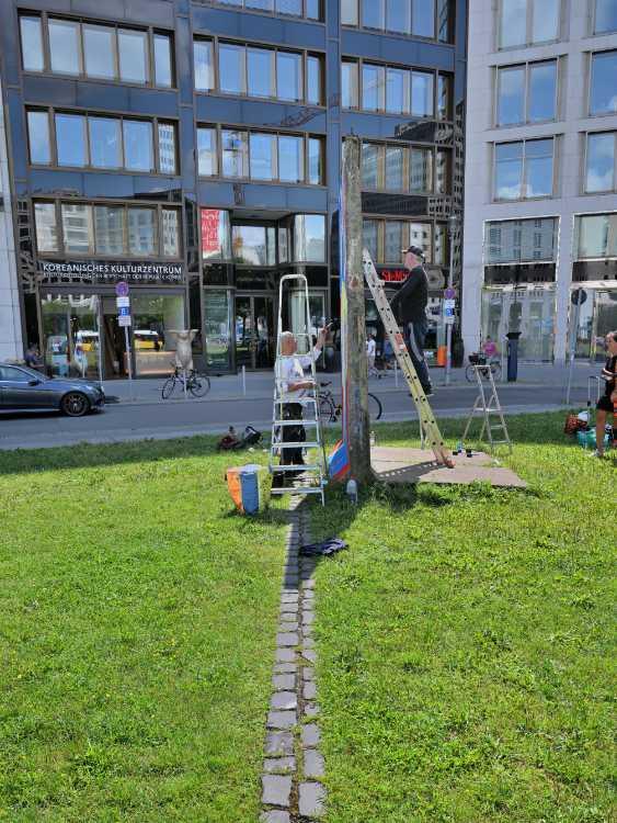 «Die Street-Art-Künstler Kiddy Citny und Thierry Noir restaurieren die  Mauerteile auf dem Leipziger Platz», Foto © Friedhelm Denkeler 2019