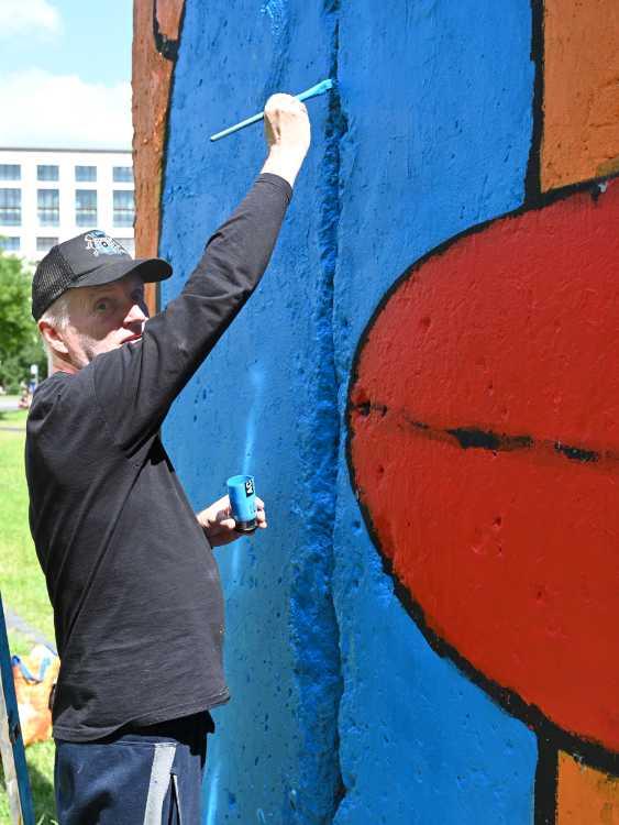 »Street-Art-Künstler Thierry Noir restauriert seine Mauersegmente auf dem Leipziger Platz«, Foto © Friedhelm Denkeler 2019