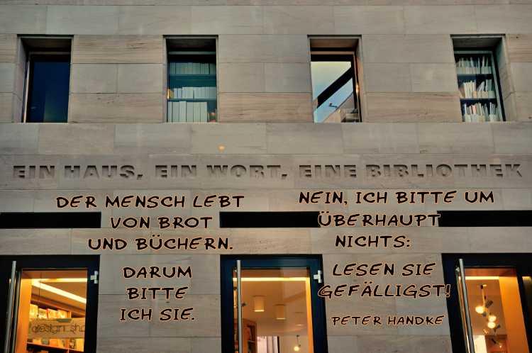 »Der Mensch lebt von Brot und Büchern. Darum bitte ich Sie. Nein, ich bitte um überhaupt Nichts: Lesen Sie gefälligst!«, Grafik © Friedhelm Denkeler 2020 »Ein Haus, ein Wort, eine Bibliothek«, Gebäude in Nürnberg, Foto © Friedhelm Denkeler 2010