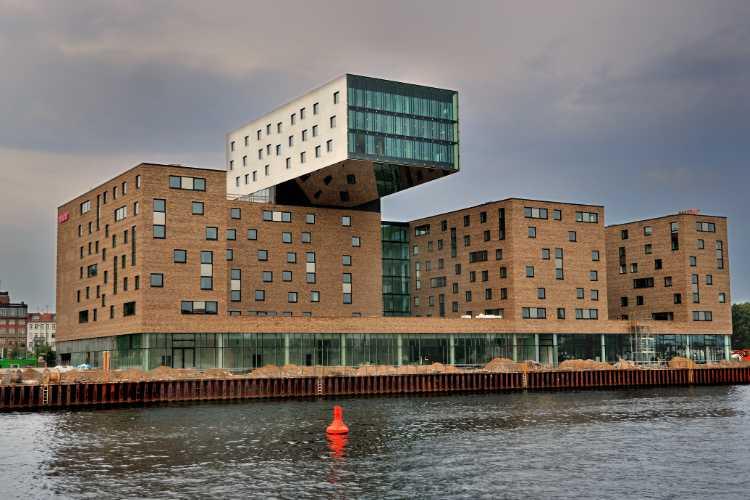 »Gebäude mit Ausleger im Berliner Osthafen«, Foto © Friedhelm Denkeler 2010
