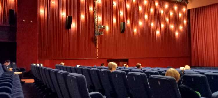 »Delphi-Filmpalast: coronagerechte Verteilung der Zuschauer«, Foto © Friedhelm Denkeler 2020