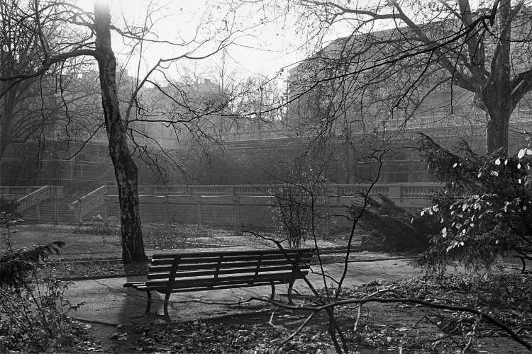 »Eine Bank im Körnerpark«, aus dem Portfolio und Künstlerbuch »Neunmal Neukölln – Berliner Stadtgänge«, Foto © Friedhelm Denkeler 1978