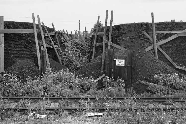 »Die Senatsreserve (hier: Kohlen) auf dem Gelände des Güterbahnhofs Treptow«, aus dem Portfolio und Künstlerbuch »Neunmal Neukölln – Berliner Stadtgänge«, Foto © Friedhelm Denkeler 1979