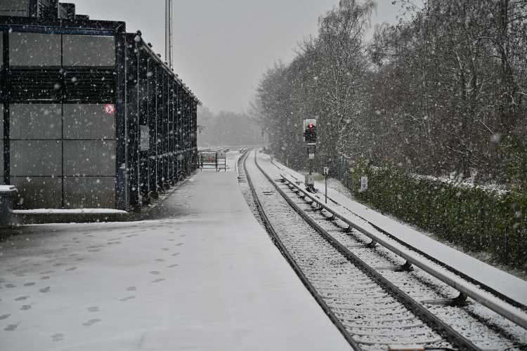 »S-Bahnhof Rathaus Steglitz im Schneetreiben«, Foto © Friedhelm Denkeler 2021